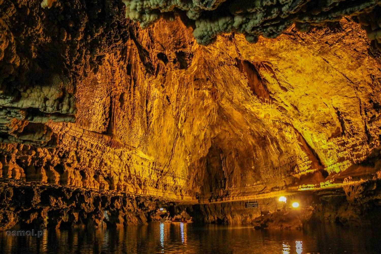 Pięknie podświetlone sklepiania jaskini Ali Sadr ujawniają ciekawe formy skalne