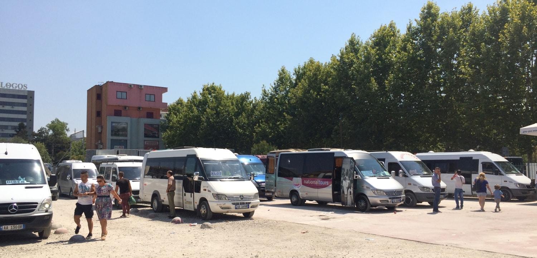 Busiki na jednym z dworców w Tiranie