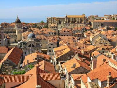 Chorwacja. Nad czerwonymi dachami budynków Dubrownika górują kopuły i dachy licznych kościołów