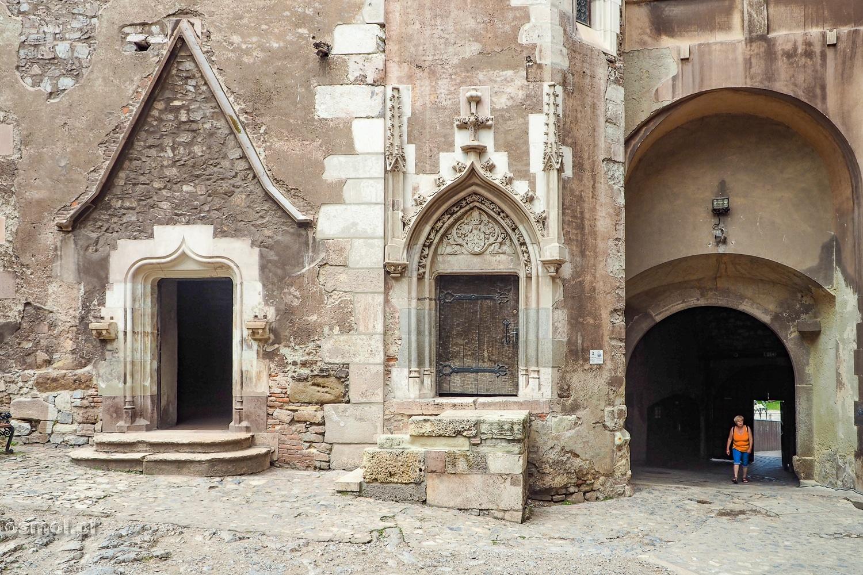 Po prawo główne wejście od strony fosy do zamku w Hunedoarze. Drzwi pierwsze po lewo wiodą do Sali Rady.