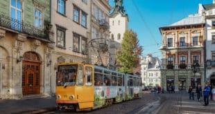Tramwaj na Rynku we Lwowie. Tramwaj przecinający główny plac miasta to jeden z symboli Lwowa.