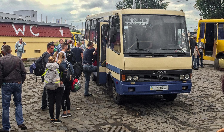 Marszrutka do granicy polsko-ukraińskiej przed dworcem kolejowym we Lwowie. Marszrutka to jeden z najmniej wygodnych środków lokomocji.