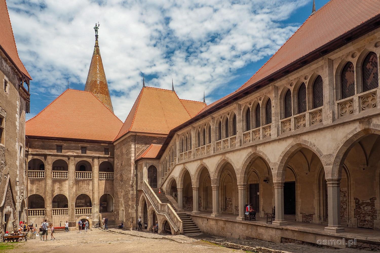 Wewnętrzny dziedziniec zamku w Hunedoarze