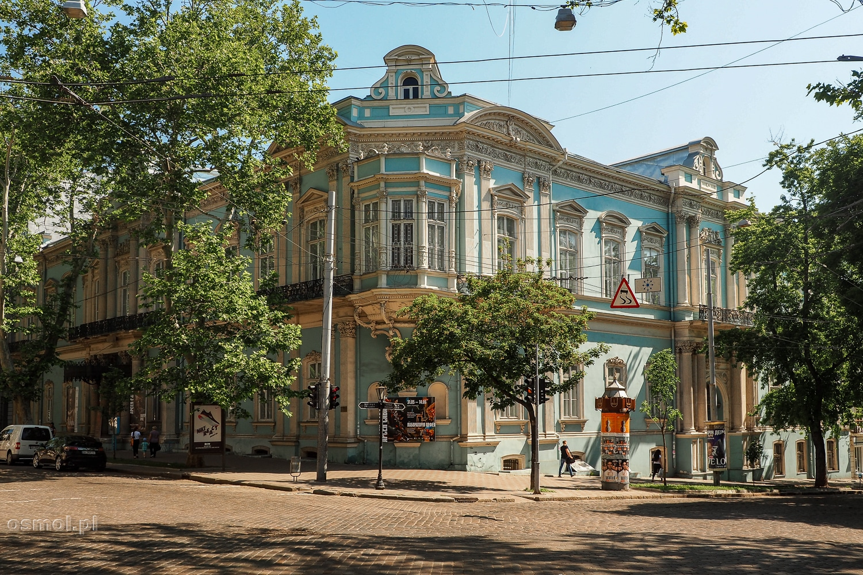 Jeden ze starych, odnowionych budynków na ulicy w Odessie