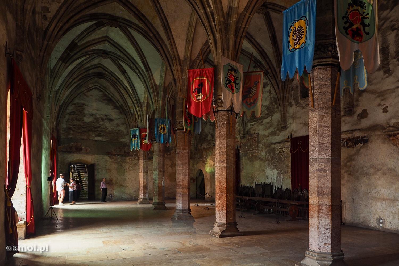 Sala Królewska zamku w Hunedoarze. Na górze powieszono proporce z herbami dawnych rodów.