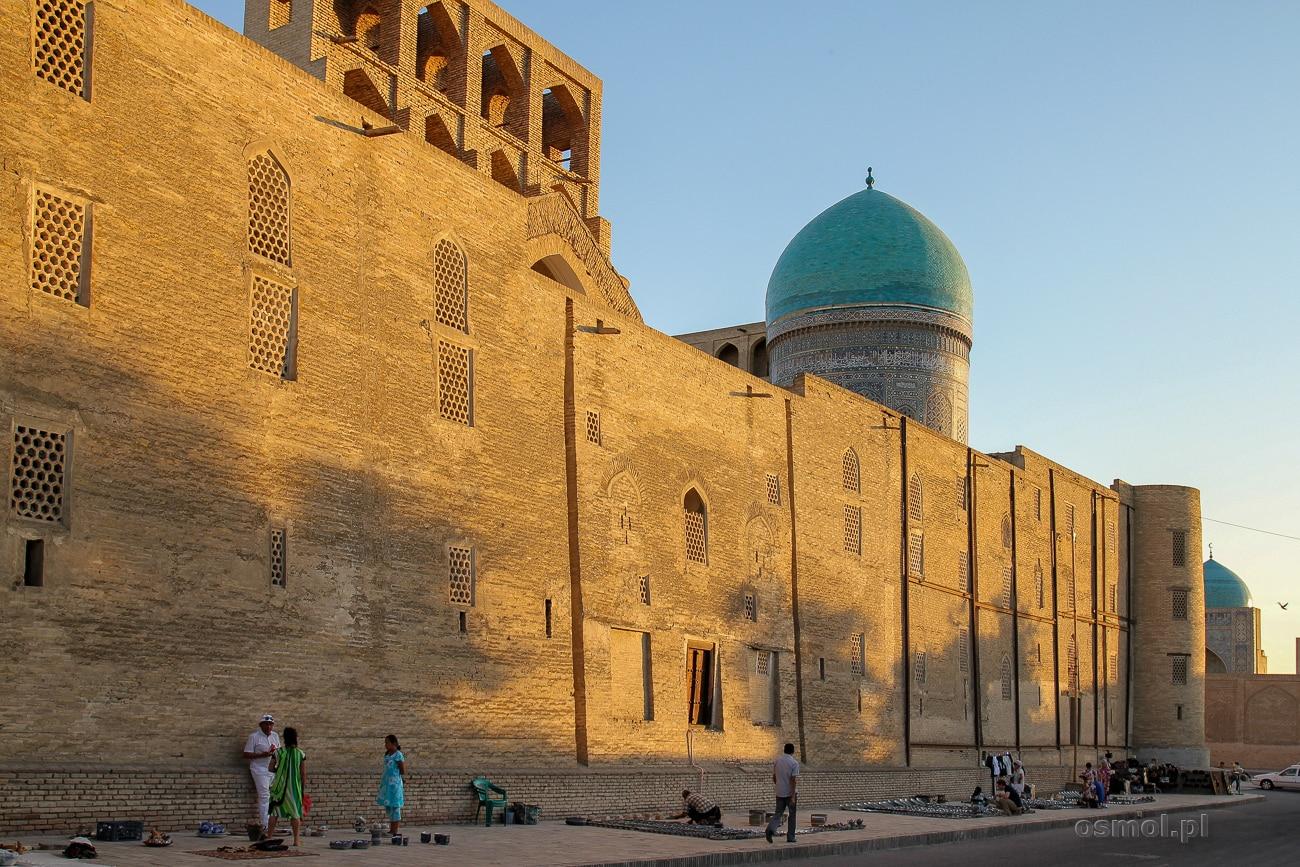 Targ pod murami meczetu Kalon w Bucharze