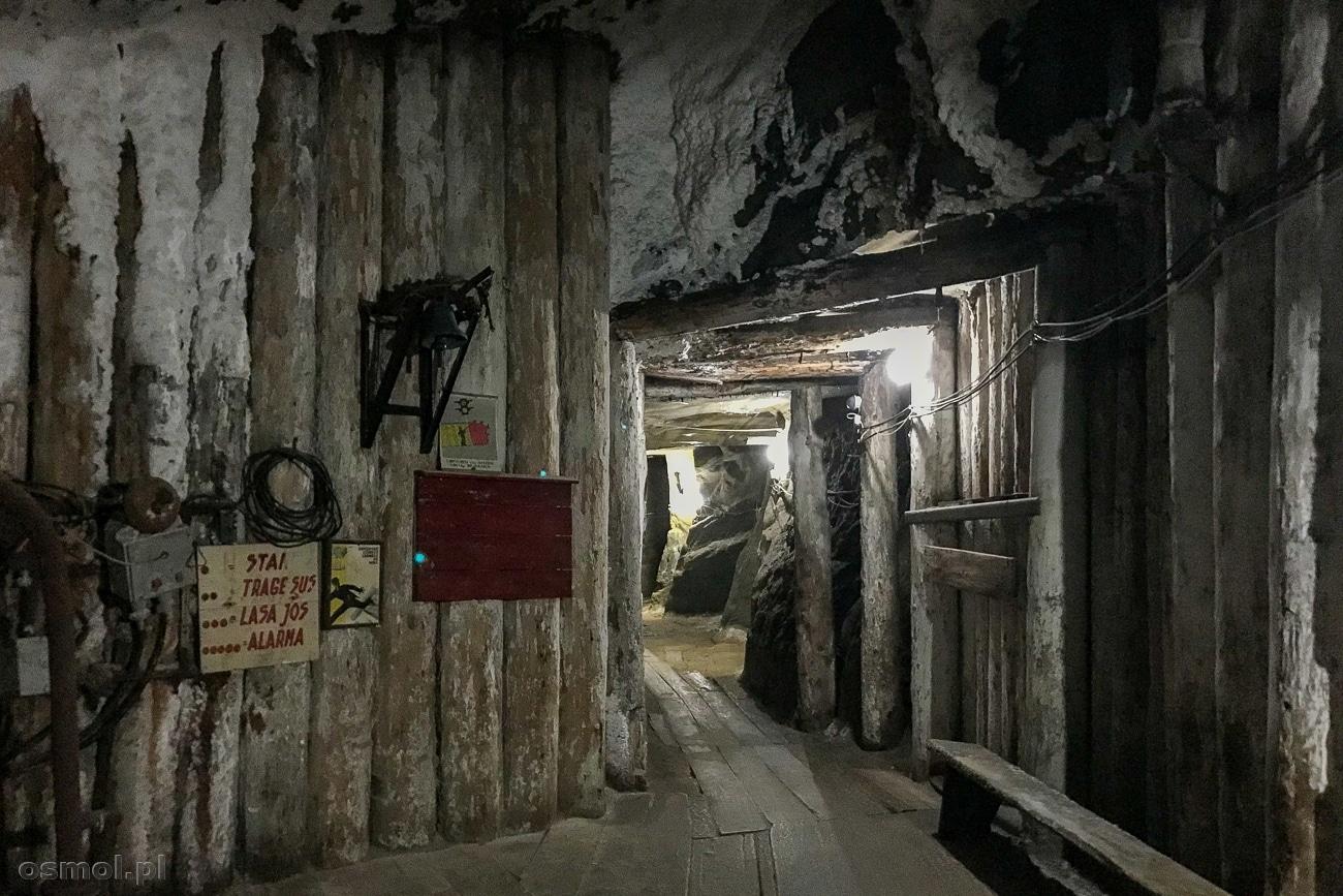 Stara drewniana obudowa korytarzy w kopalni soli Kaczyka w Rumunii