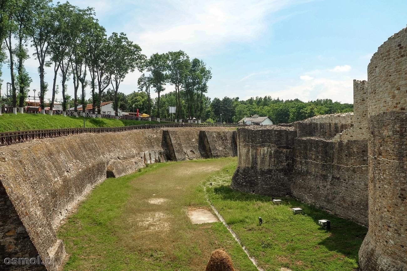 Fosa strzegąca murów zamku w Suczawie