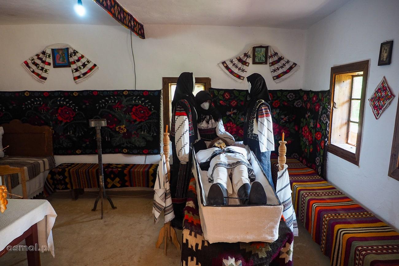Inscenizacja wiejskiego pogrzebu w Muzeum Wsi Bukowińskiej w Suczawie