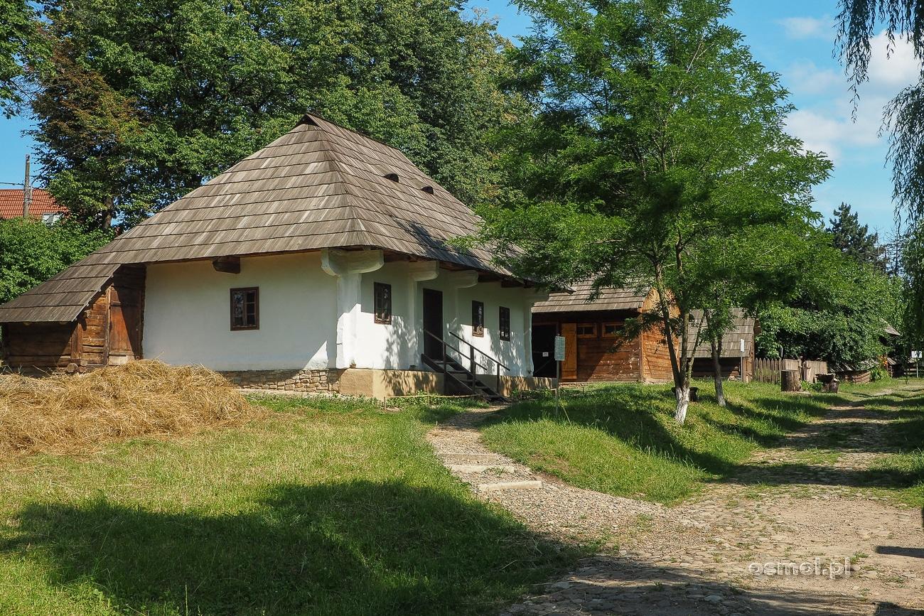 Chałupy przy drodze w Muzeum Wsi Bukowińskiej