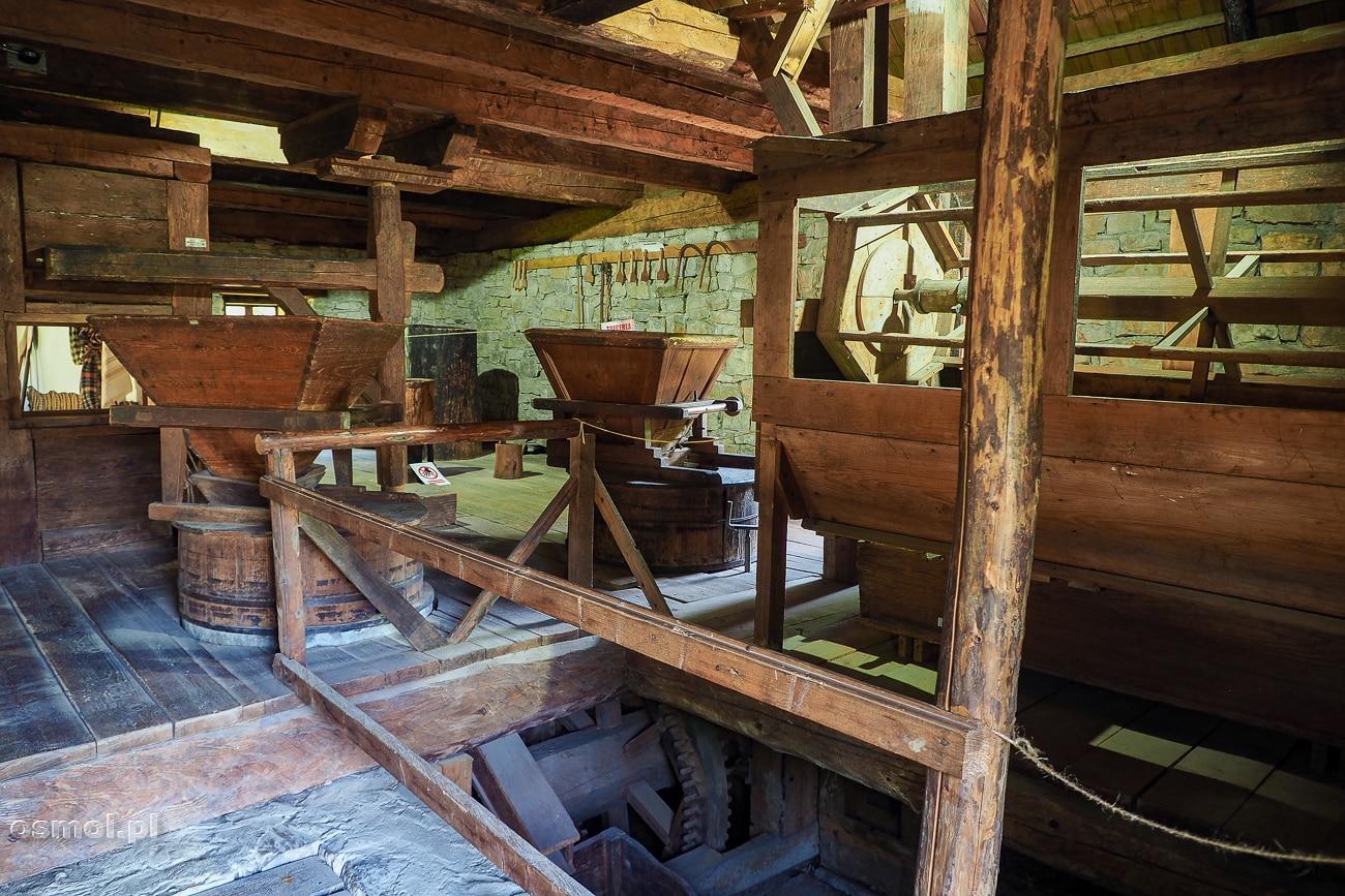 Wnętrze młyna w skansenie w Suczawie
