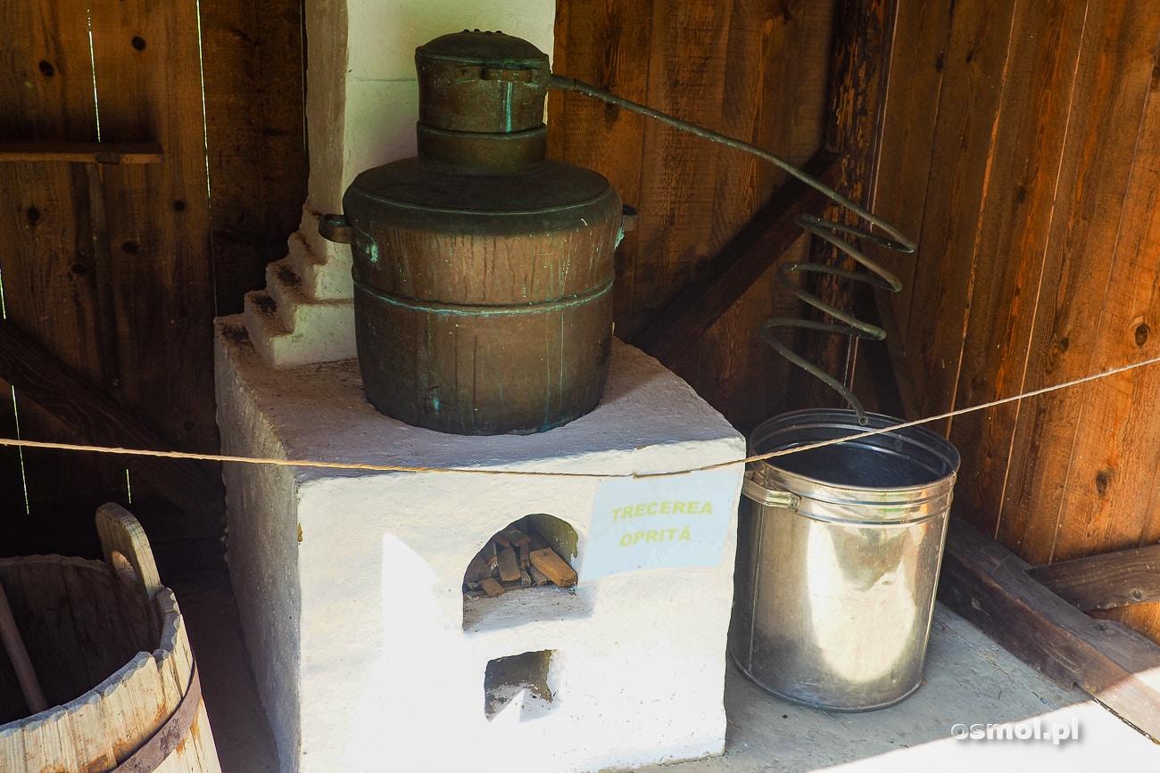 Maszyna do pędzenia bimbru w skansenie w Suczawie