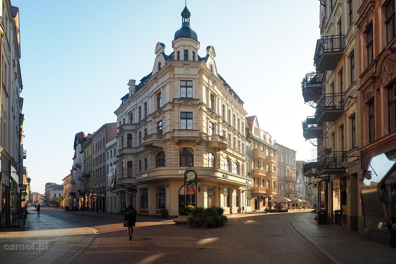 Wczesny niedzielny poranek w Toruniu. Ulice są jeszcze opustoszałe po sobotnich szaleństwach w barach, pubach i restauracjach.