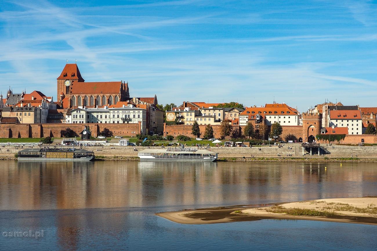 Toruń - panorama miasta widziana z drugiego brzegu Wisły. Kiedyś w tym miejscu stał drewniany most, dziś jest tu pomost, z którego roztacza się najpiękniejszy widok na Toruń i starówkę.