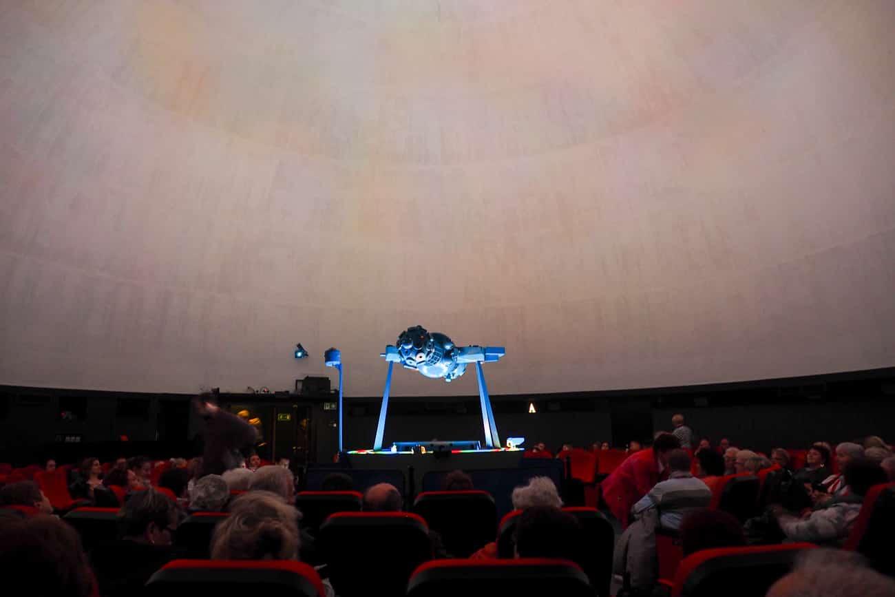 Rzutnik w planetarium w Toruniu