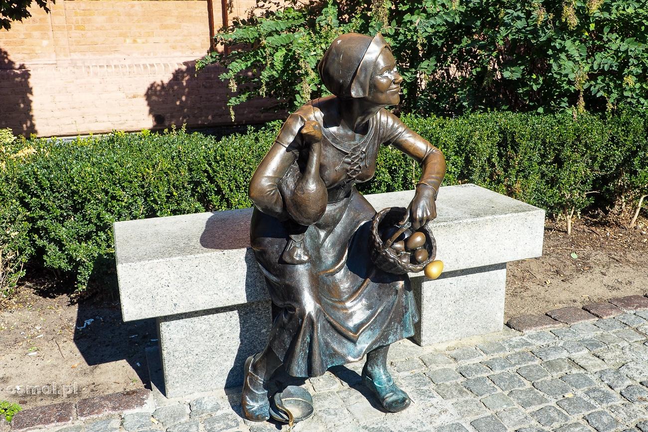 Torunska Przekupka - nietypowa statuetka, na nowomiejskim Rynku