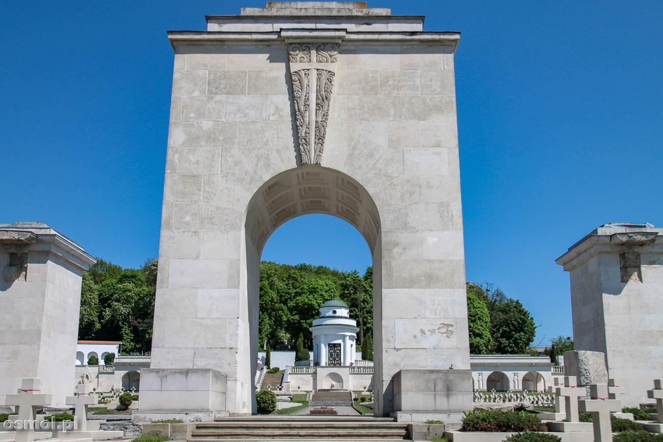 Łuk Tryumfalny na Cmentarzu Orląt Lwowskich. Próbowano go przewrócić czołgami, ale stalowe liny nie dały rady. Do dziś pozostały po nich ślady