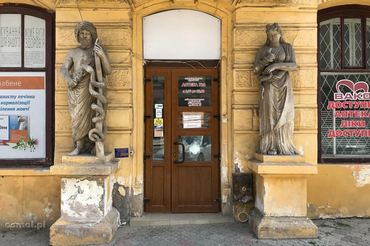 Rzeźby przed jedną z aptek w Czerniowcach