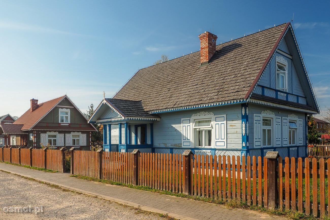 Tradycyjne chaty w miejscowości Budy. Co ciekawe, można w nich zamieszkać, bo są to domy na wynajem.