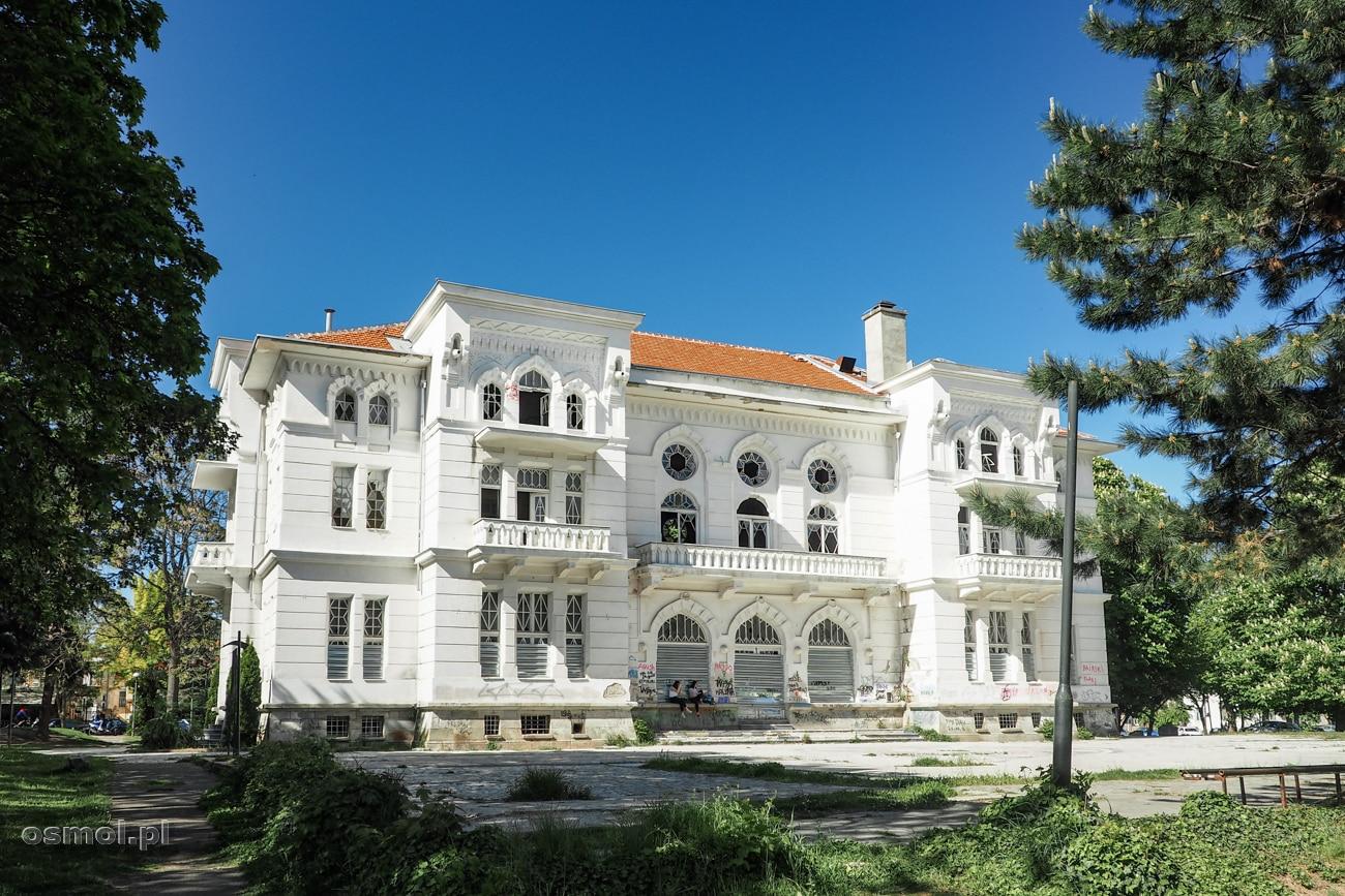 Dom Oficerów w Bitoli - niegdyś jedno z najbardziej ekskluzywnych miejsc, dziś powoli niszczeje