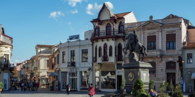Bitola, główny plac miasta, który przechodzi w deptak, czyli ulicę Sirok Sokak, przy której toczy się najbardziej intensywne życie Bitoli.