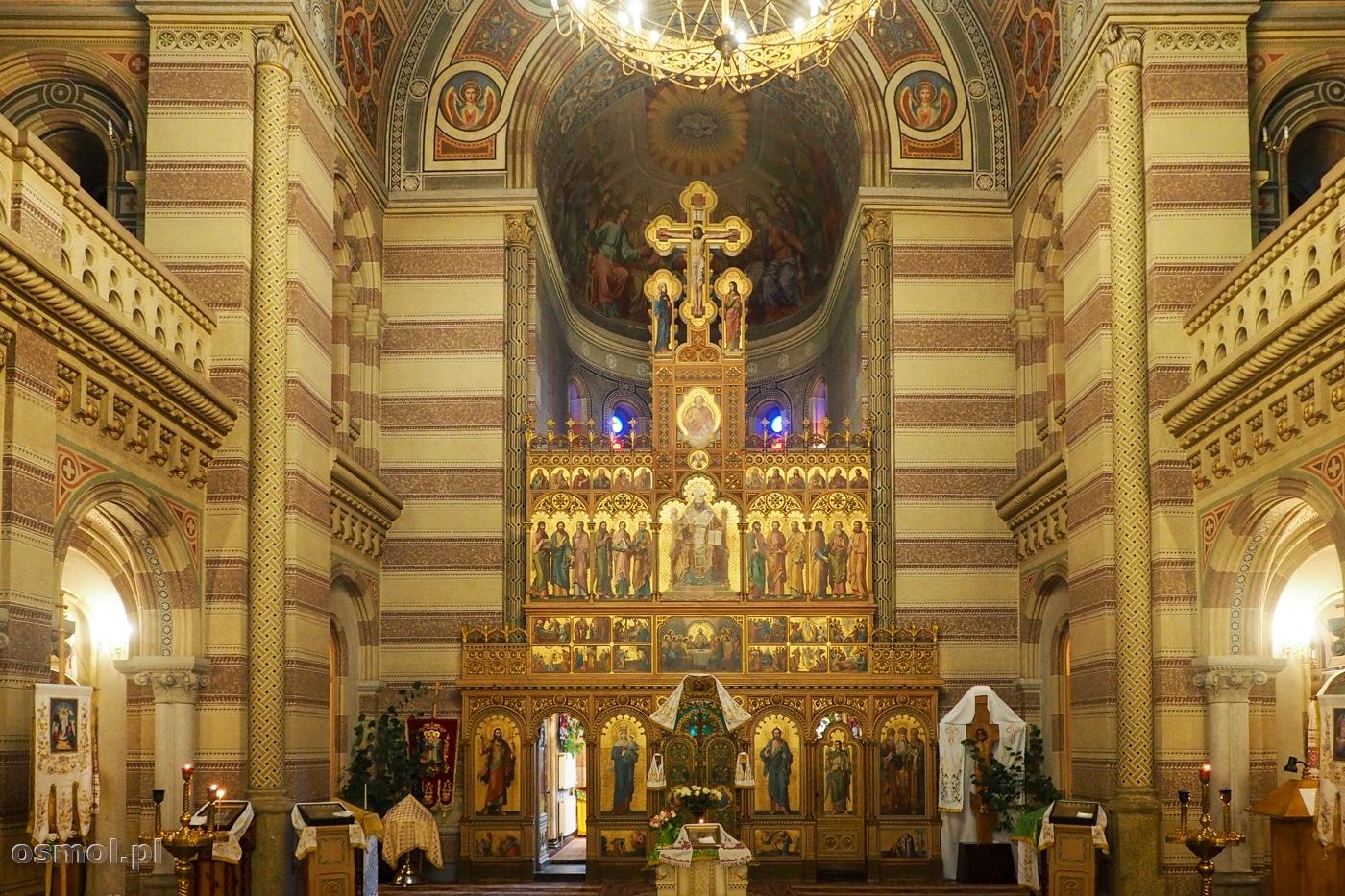 Wnętrze cerkwi Trzech Świętych Hierarchów w Czerniowcach