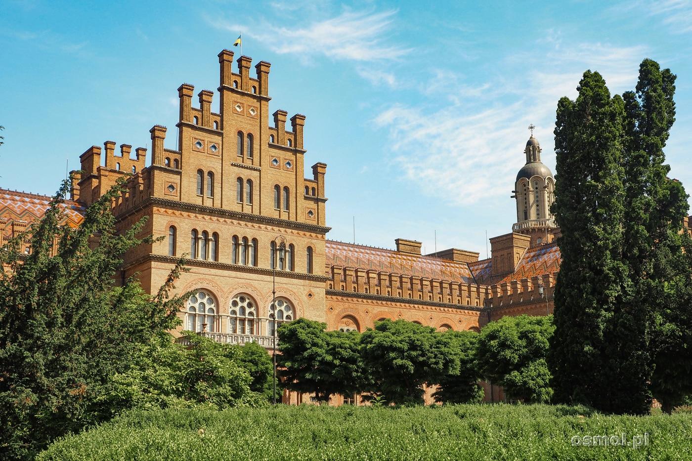 Ceglane budynki dawnego pałacu biskupów bukowińskich