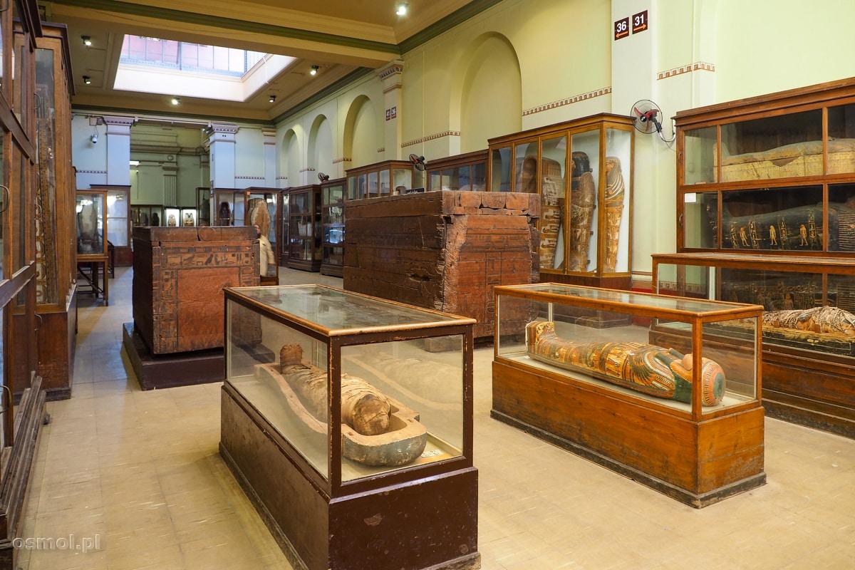 Muzeum Egipskie. Na zdjęciu sarkofagi i mumia, których wiele można obejrzeć w muzeum.