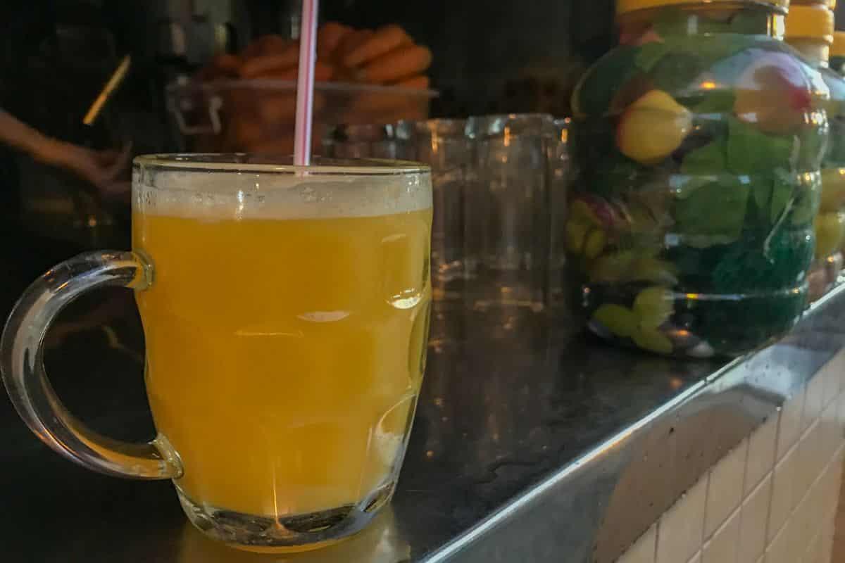 Świeży sok w dzielnicy arabskiej w Kairze. Pół litra soku za w przeliczeniu 2,5 zł? Piękna cena, prawda?