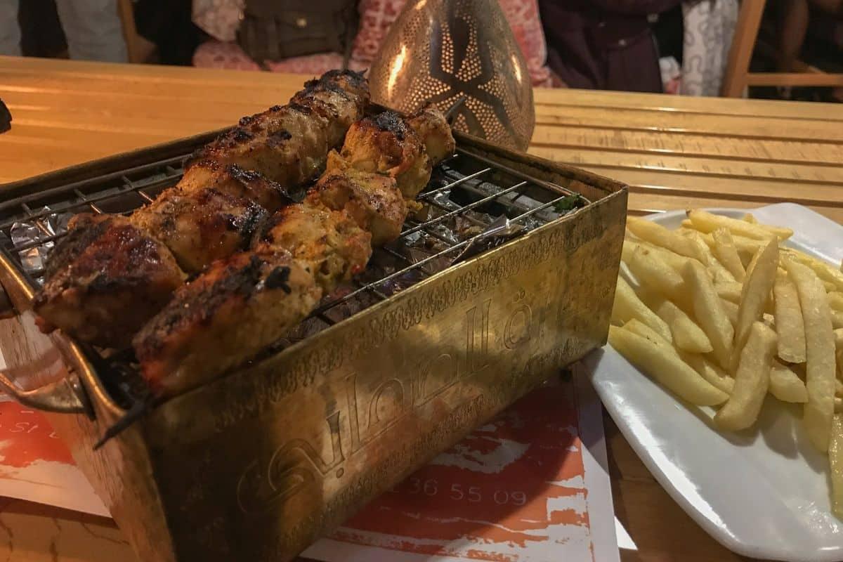 Grill w restauracji w Luxorze. Mały grill z dwoma węgielkami do potrzymania temperatury mięsa do doskonały pomysł!