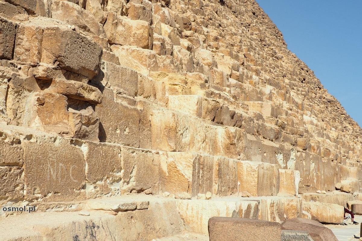 Bloki skalne z których zbudowano piramidę w Gizie