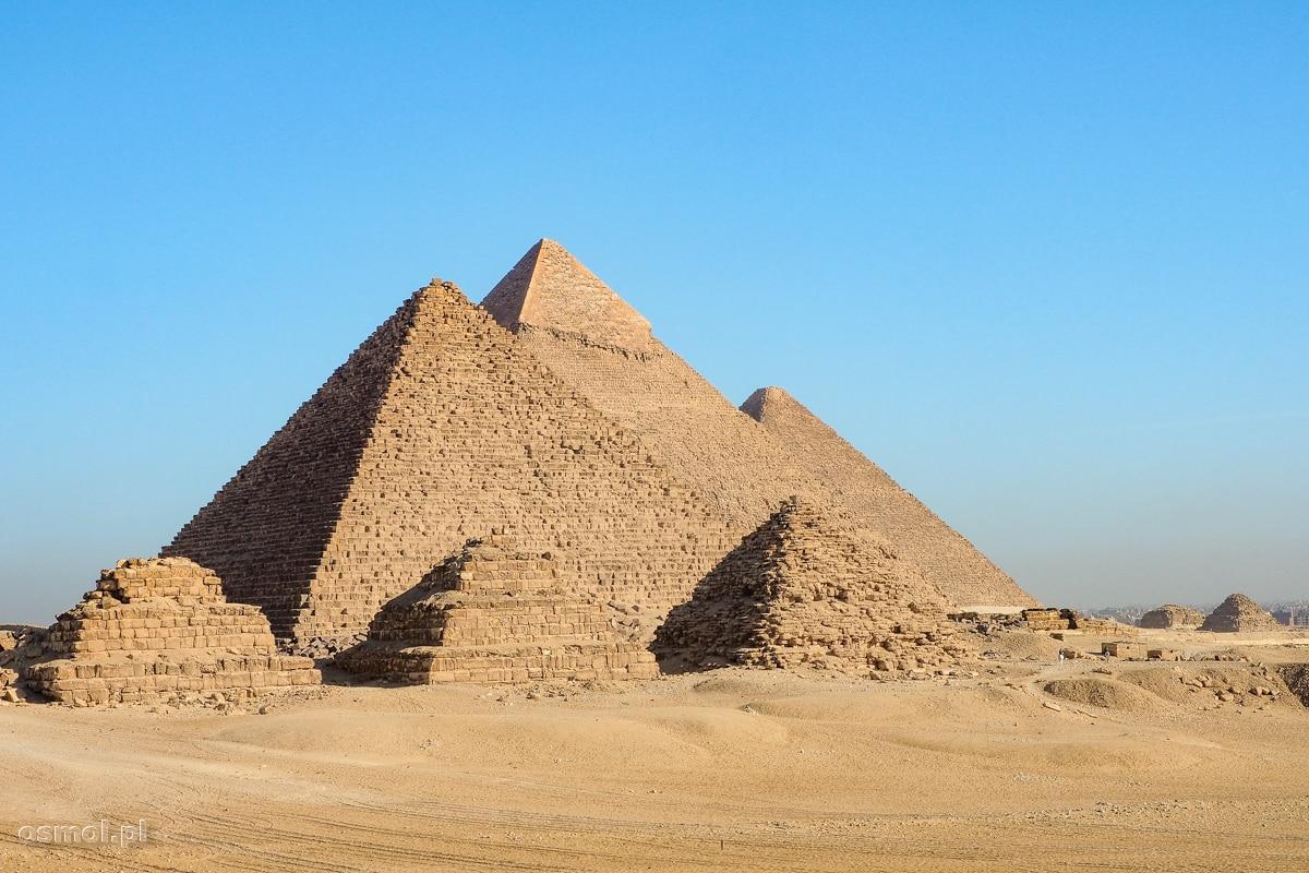 Widok na trzy piramidy w Gizie. To między innymi dla tego widoku turyści przyjeżdżają do Egiptu.