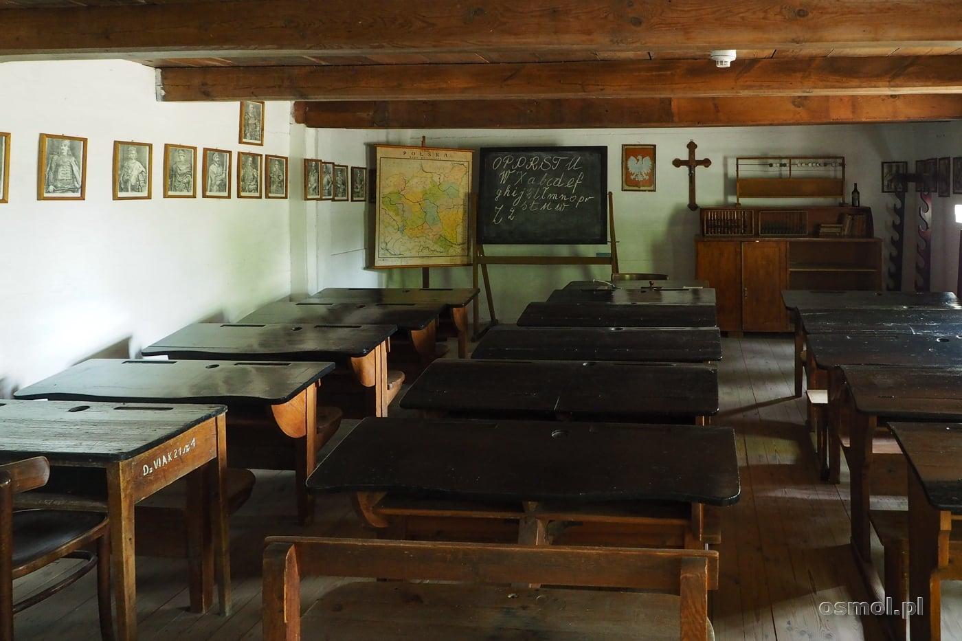 Sala lekcyjna w budynku szkolnym w skansenie w Maurzycach