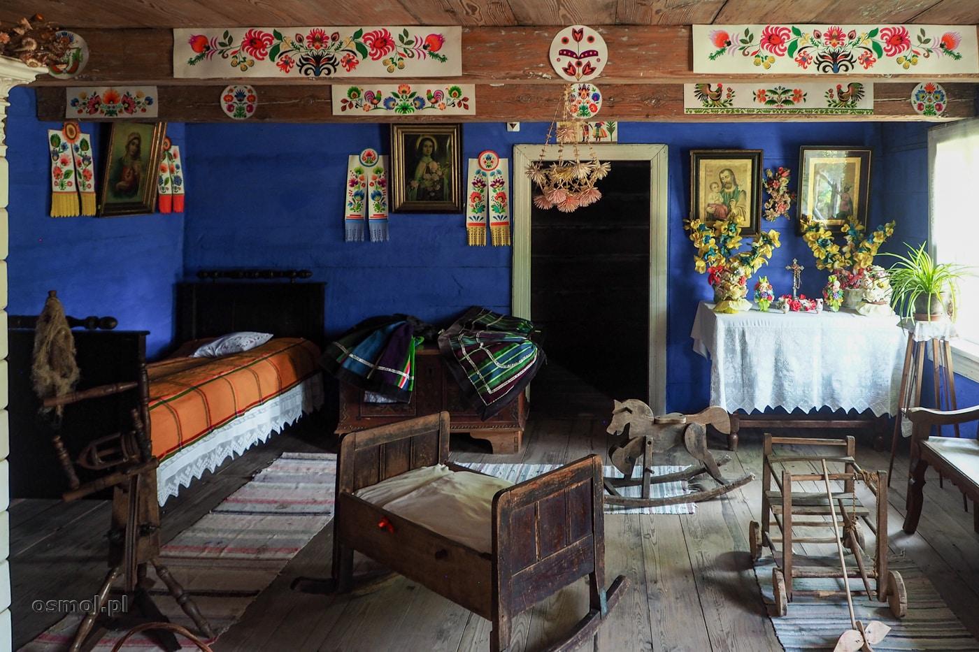 Izba mieszkalna w domu w skansenie w Maurzycach. Spójrzcie pod sufit, bo wiszą tu tradycyjne łowickie wycinanki.