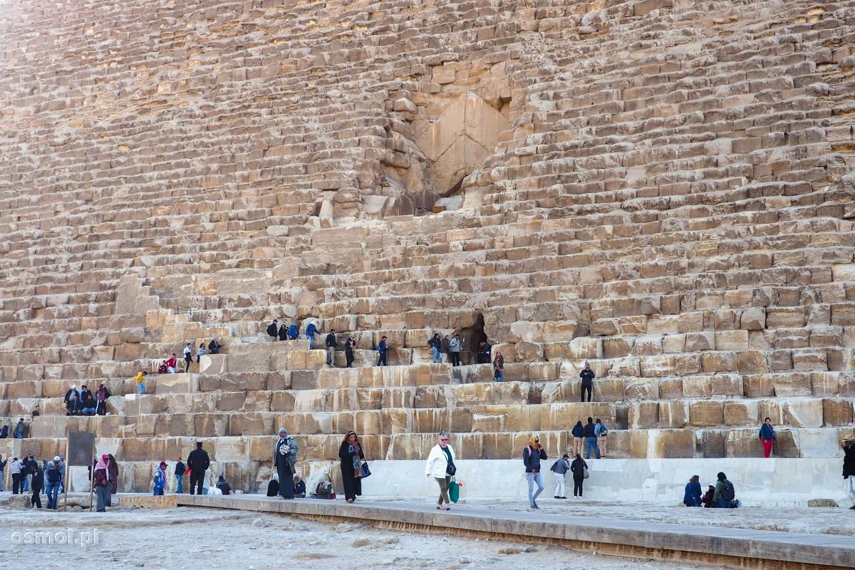 Wejście do środka piramidy Cheopsa w Gizie. Wejście jest osobno płatne i to słono!