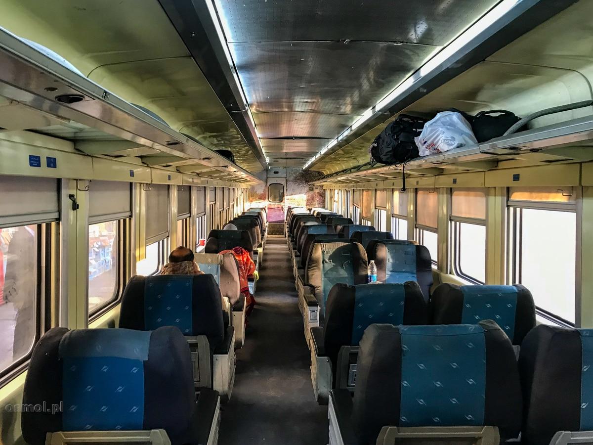 Pociąg w Egipcie. Wnętrze może nie jest naszym pendolino, ale siedzenia są zdecydowanie wygodniejsze niż w naszych pociągach. A to ważne, jeśli jedzie się np. 14 godzin.
