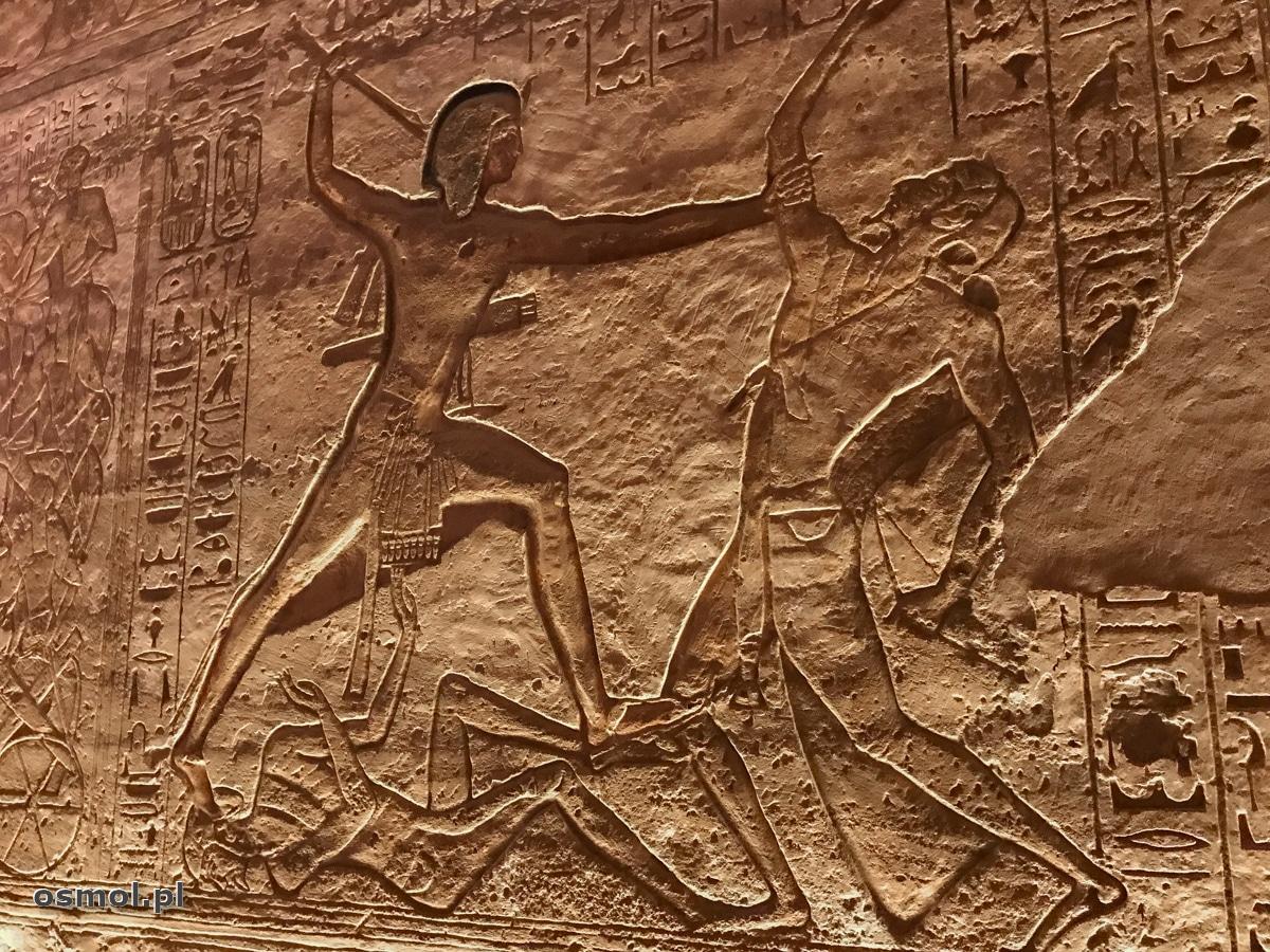 Zabijanie wroga przedstawione na płaskorzeźbie w Abu Simbel