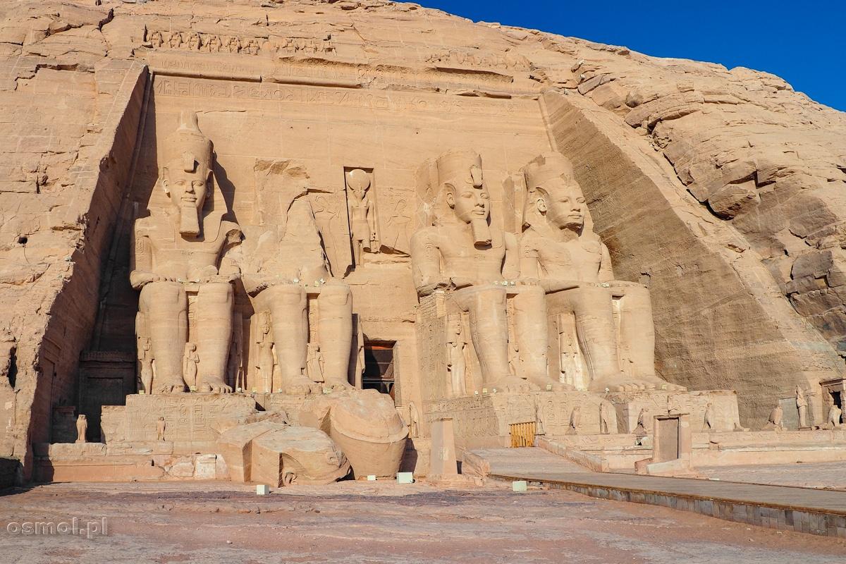 Posągi Ramzesa II w Abu Simbel wciąż strzegą wejścia do Wie