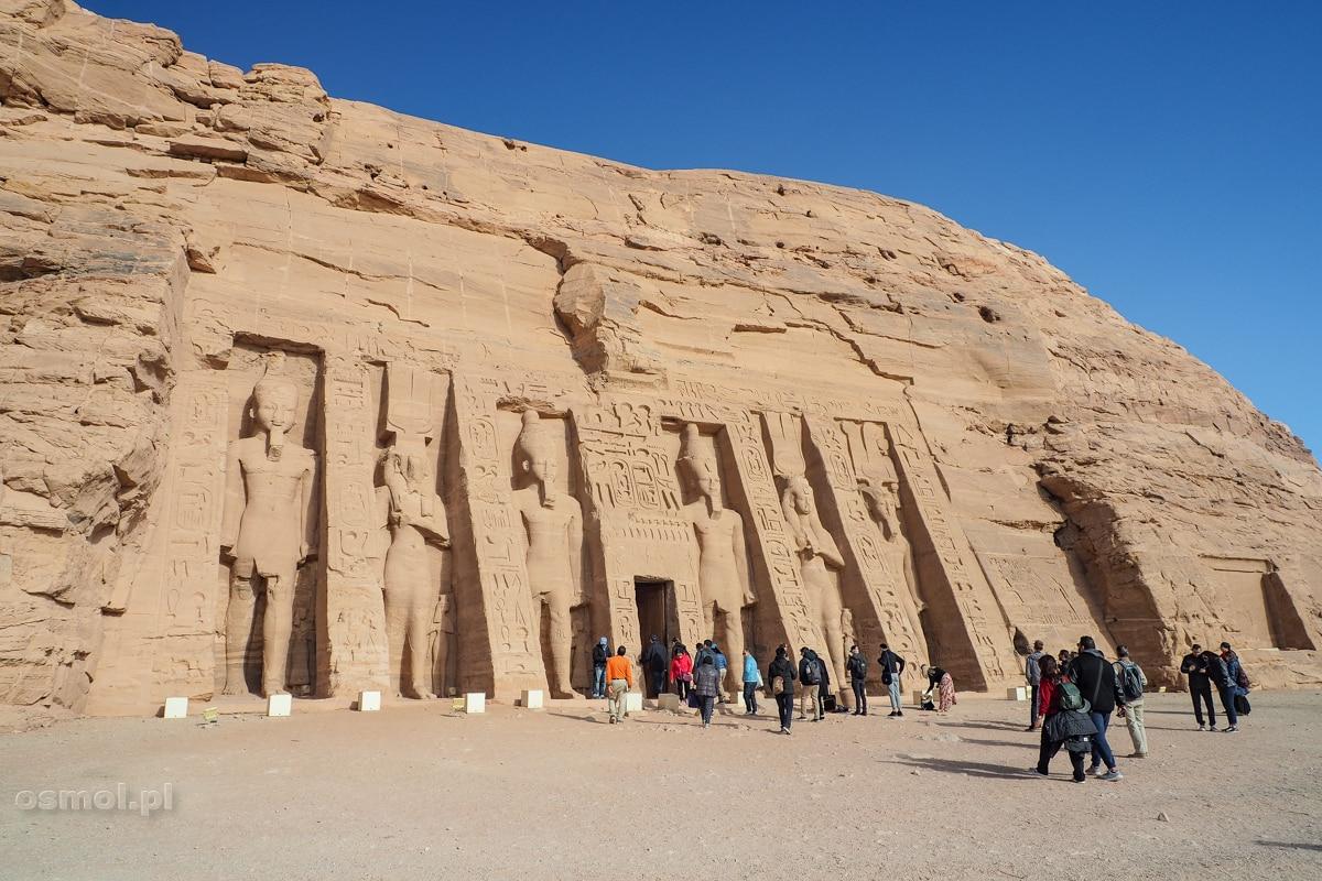 Abu Simbel - Wejście do Małej Świątyni. Z sześciu posągów dwa to Nefertari, żona Ramzesa II, a cztery to sam Ramzes II