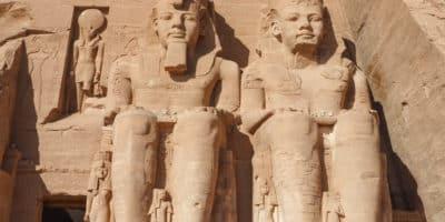 Dwa z czterech posągów Ramzesa II w Abu Simbel