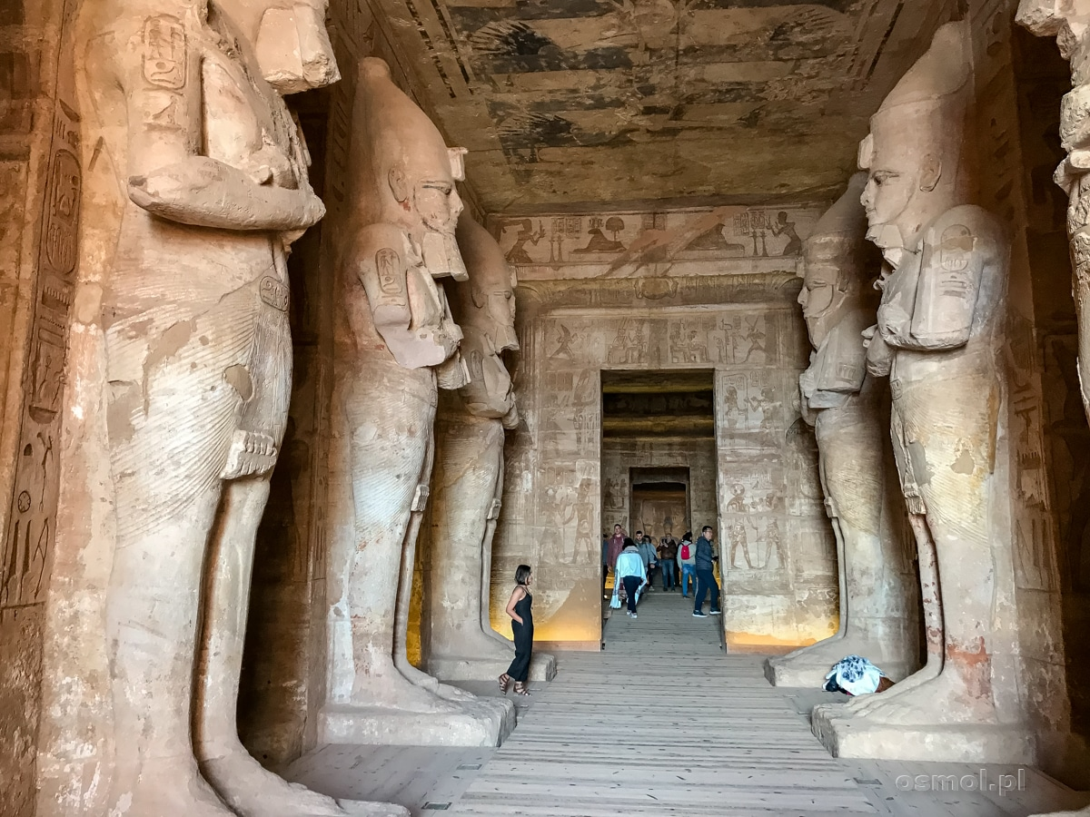 Posągi Ramzesa II wewnątrz świątyni Abu Simbel