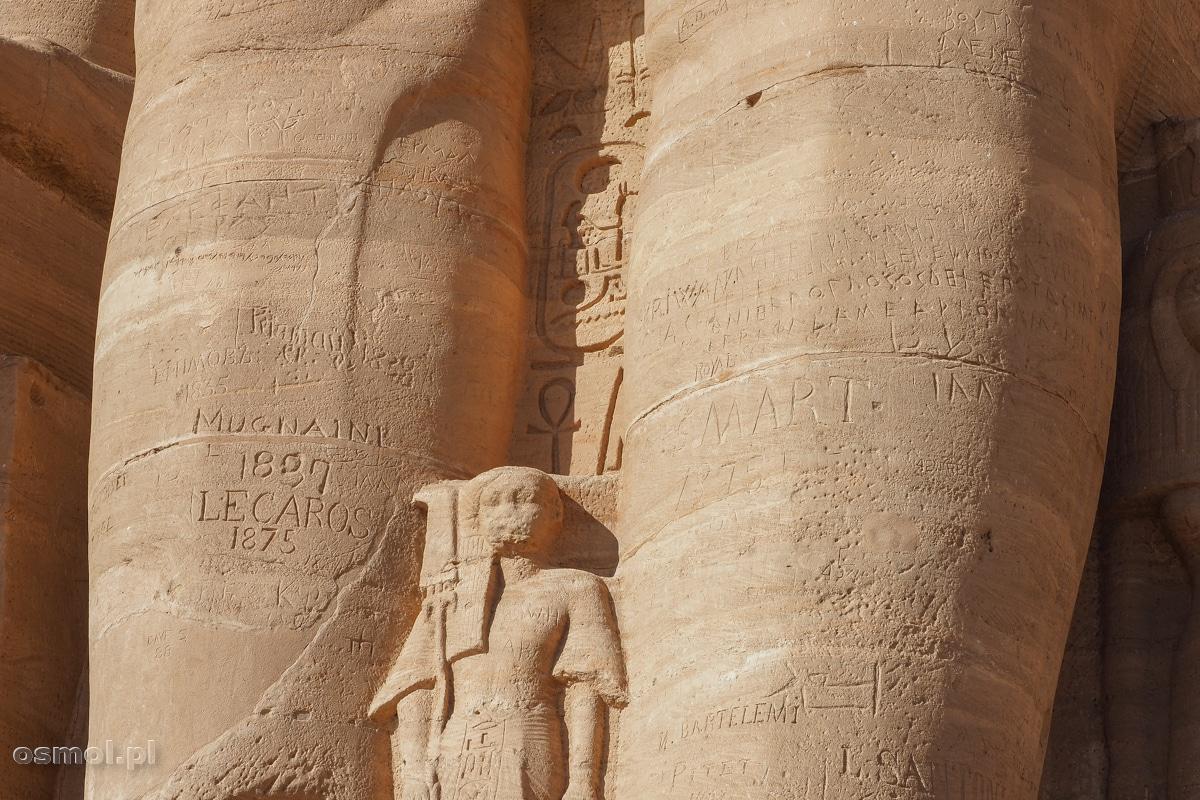 Graffiti zrobione przez wandali w XIX wielu na posągach Ramzesa w Abu Simbel