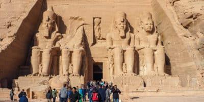 Abu Simbel - turyści przed posągami Ramzesa II