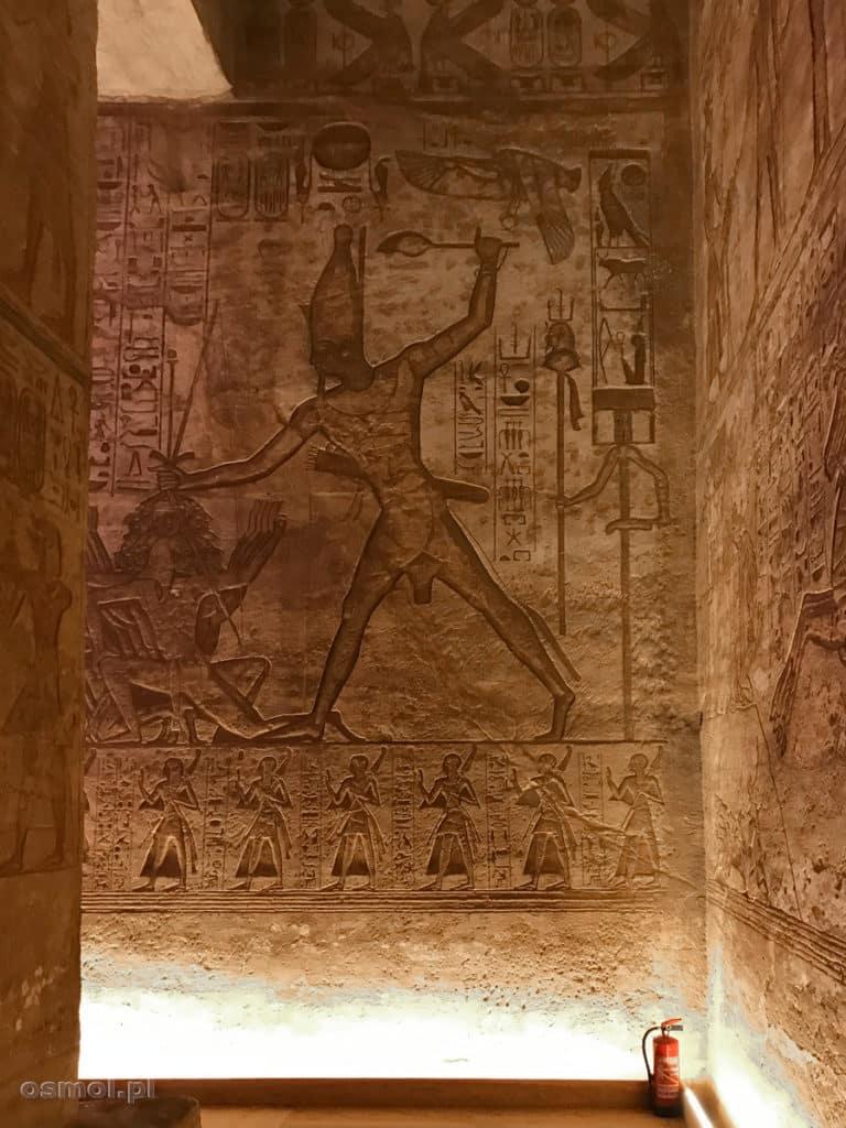 Ścinanie wroga przedstawione na płaskorzeźbie w Abu Sibel