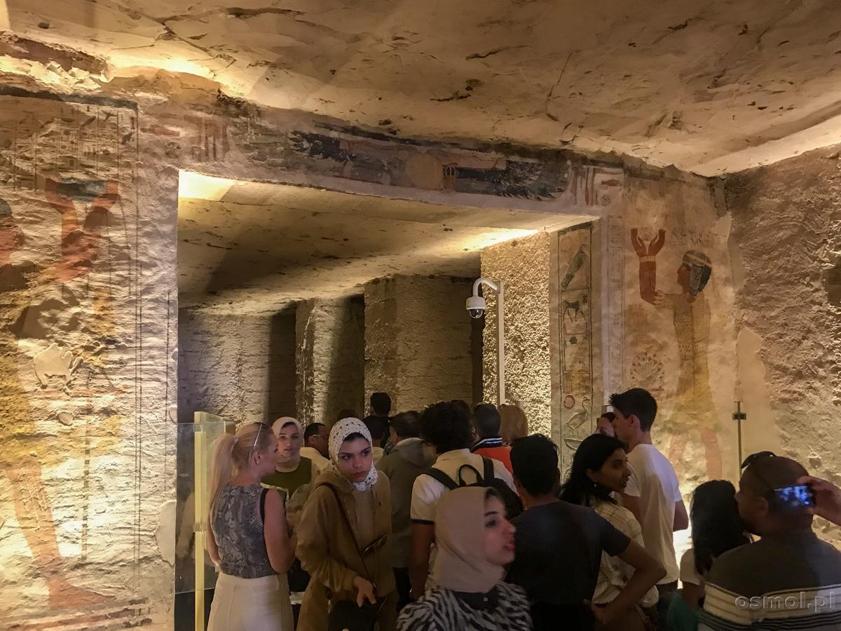 Tłum turystów w grobowcu Ramzesa IX