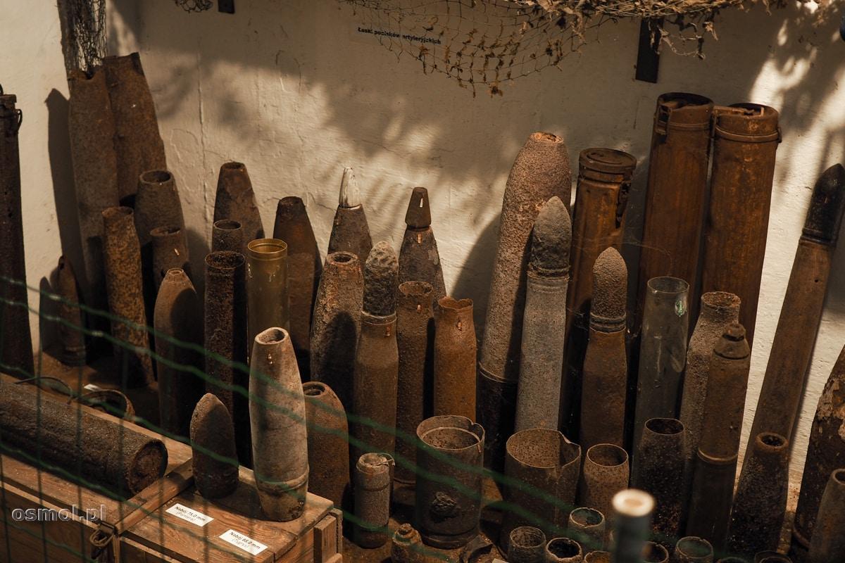 Różnego kalibru amunicja zgromadzona wewnątrz bunkra w Konewce