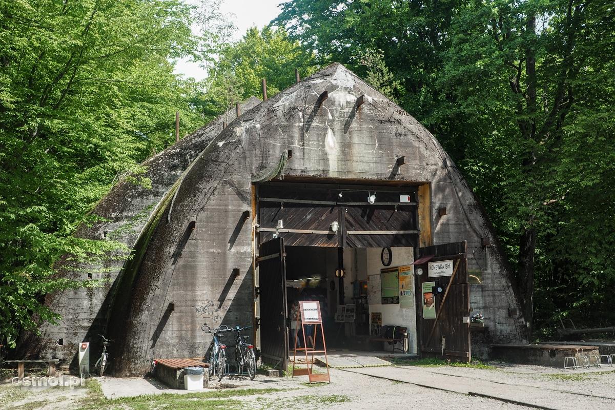 Wejście do bunkra w Konewce, jednego z dwóch schronów zbudowanych w tym rejonie dla pociągów