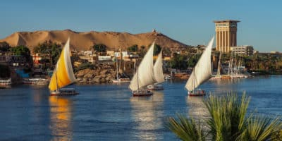 Asuan. Rejs feluką po Nilu to jedna z atrakcji Aswanu. Szczególnie malowniczy jest w czasie zachodu słońca.