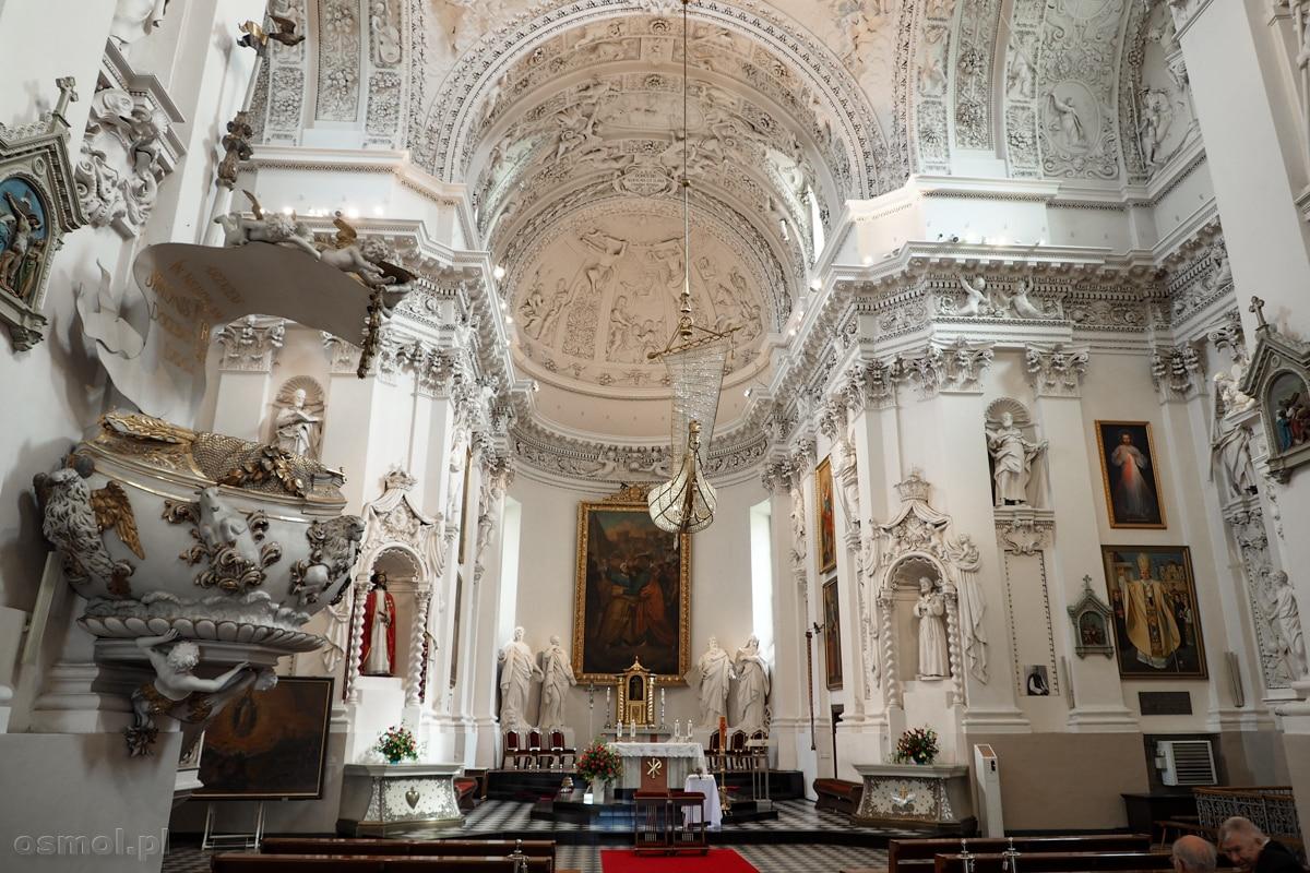 Kościół św. Piotra i Pawła na Antokolu w Wilnie. Po lewej ambona, która widać, że została dobudowana do pierwotnego założenia i pochodzi z innego okresu.