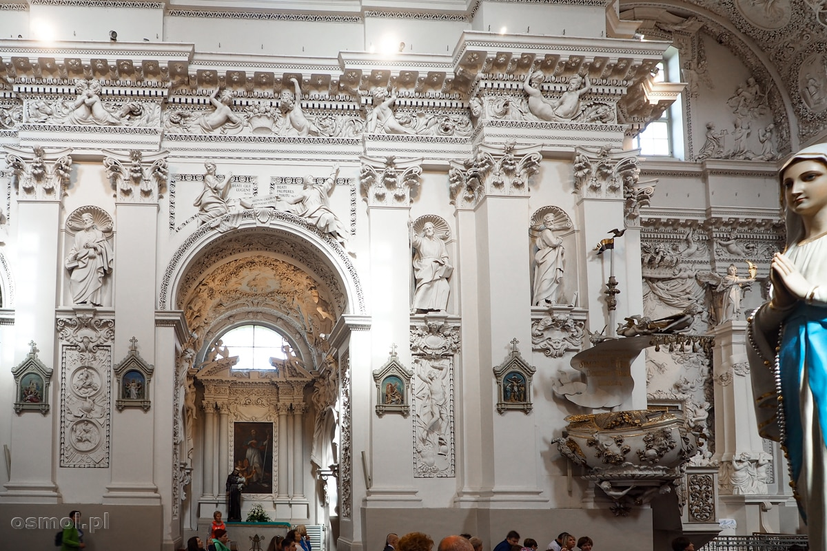 Widok jednej ze ścian kościoła św. Apostołów Piotra i Pawła w Wilnie na Antokolu